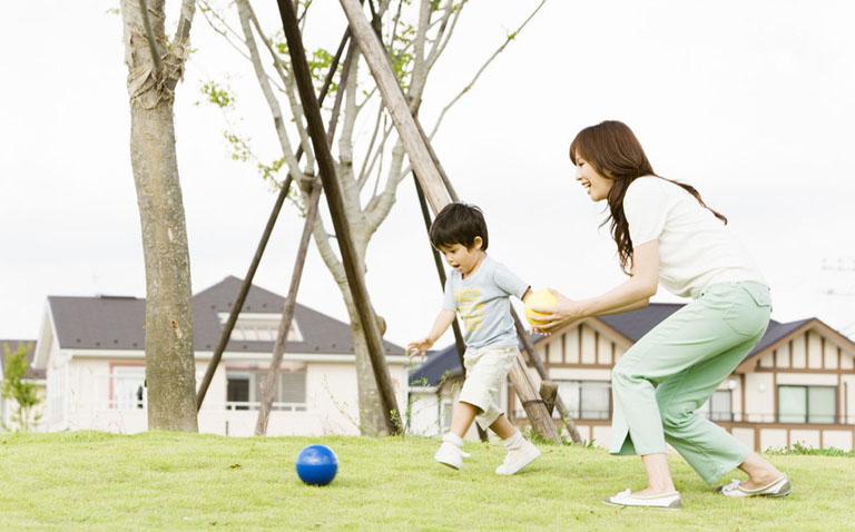 Mẹ nên cho trẻ tham gia các vận động ngoài trời giúp nâng cao sức đề kháng của cơ thể