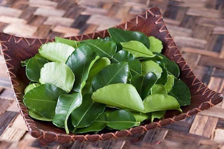 Nấu nước lá chanh dùng để súc họng giúp loại bỏ vi khuẩn gây hại và hỗ trợ điều trị bệnh