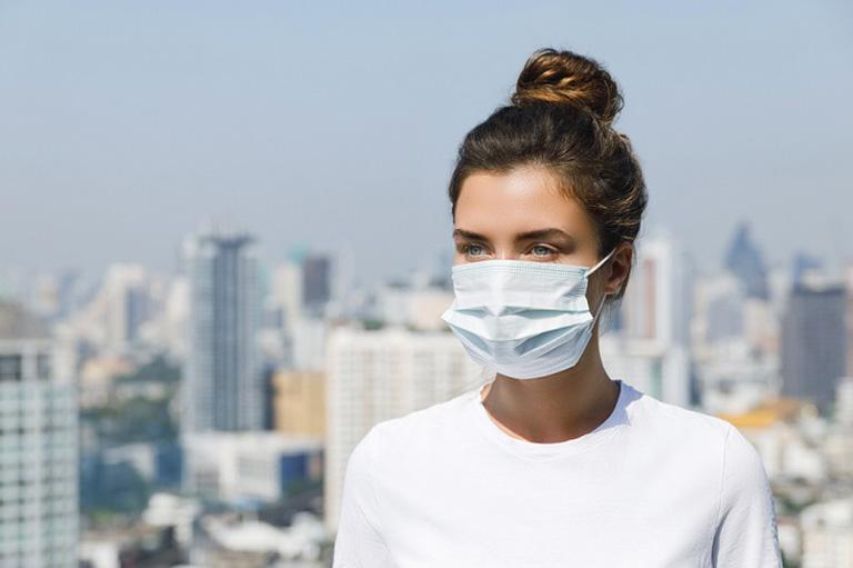 Chú ý bảo vệ hệ hô hấp mỗi khi đi ra ngoài trong suốt thời gian trị bệnh