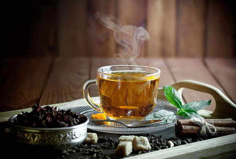 Nấu nước lá chè vằng dùng để uống mỗi ngày giúp cải thiện triệu chứng đau dạ dày tại nhà