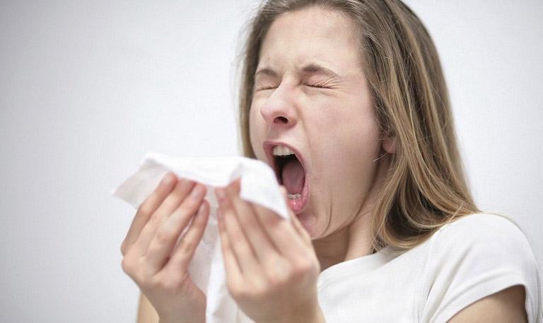 Hắt xì mạnh là nguyên nhân khiến lớp niêm mạc mũi bị tổn thương và gây chảy máu mũi