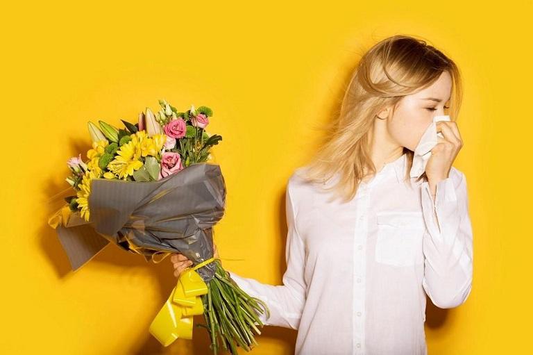 Tiếp xúc với tác nhân gây dị ứng trong thời gian dài cũng là nguyên nhân gây ra bệnh viêm xoang gây đau gáy