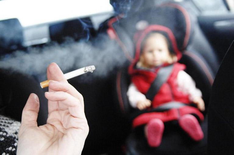 Thường xuyên tiếp xúc với khói thuốc lá là nguyên nhân khởi phát bệnh viêm xoang ở trẻ em