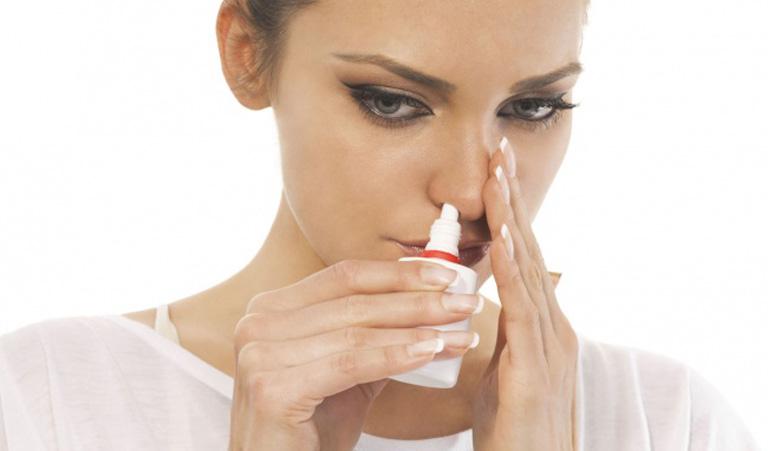 Vệ sinh mũi bằng nước muối sinh lý mỗi ngày giúp làm sạch khoang mũi và hỗ trợ điều trị bệnh
