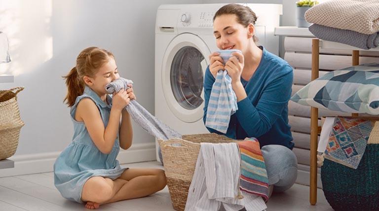 Thường xuyên dọn dẹp nhà cửa và giặt giũ chăn màn giúp làm sạch không gian sống