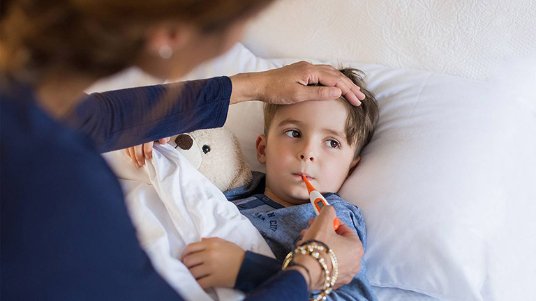 Khi bệnh viêm xoang khởi phát ở giai đoạn cấp tính trẻ sẽ có dấu hiệu bị sốt cao