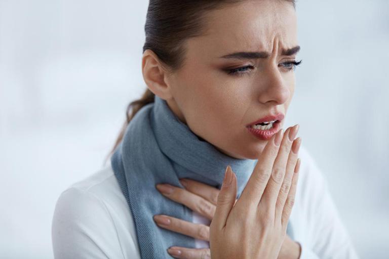 Viêm xoang gây đau gáy gây ảnh hưởng đến hệ hô hấp của người bệnh với triệu chứng ho nhiều, đau rát họng