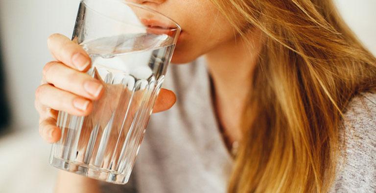 Uống nhiều nước khi bị bệnh giúp làm loãng dịch nhầy và kích thích đào thải độc tố ra bên ngoài