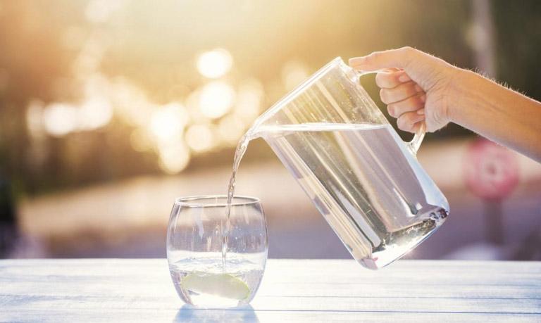 Uống nhiều nước giúp làm loãng dịch nhầy và đảo thải chúng ra ngoài lỗ xoang