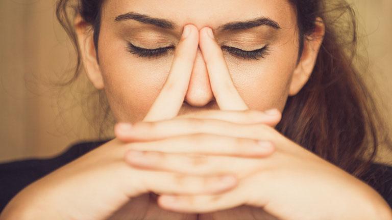 Viêm xoang có mủ gây ra các cơn đau nhức dữ dội tại vùng mặt khiến người bệnh rất khó chịu