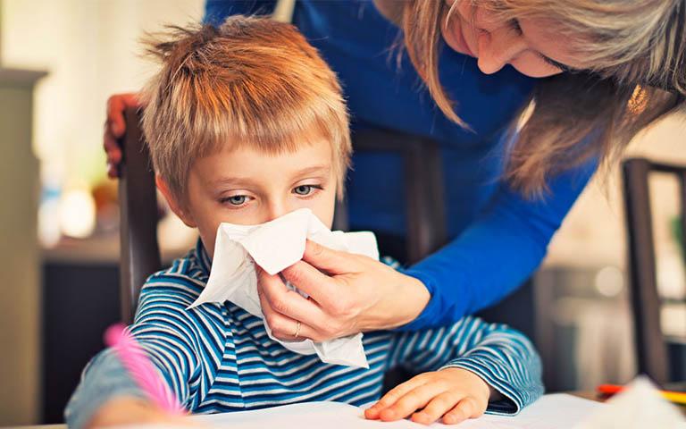 Gia đình có nhiều người bị viêm xoang cùng lúc có phải do di truyền hay không?