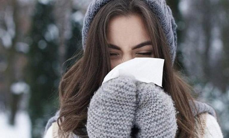 Viêm xoang dị ứng thời tiết thường xảy ra khi thời tiết chuyển lạnh hoặc thời điểm giao mùa