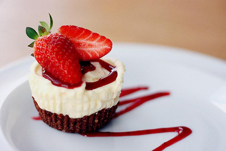Trong bánh ngọt chứa nhiều đường tinh luyện kích thích phản ứng viêm người bệnh không nên sử dụng