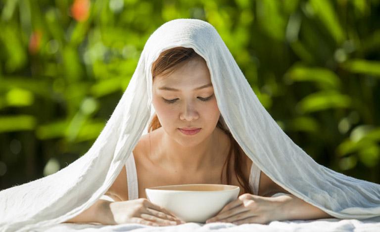 Xông hơi nước nóng có tác dụng thông xoang giúp người bệnh dễ thở hơn