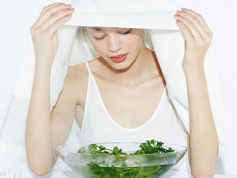 Xông hơi vùng mũi bằng nước đun thảo dược giúp hỗ trợ điều trị bệnh viêm xoang mũi tại nhà