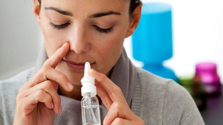 Xịt nước muối sinh lý vào hốc mũi giúp làm thông thoáng khoang xoang rồi hỷ nhẹ ra bên ngoài