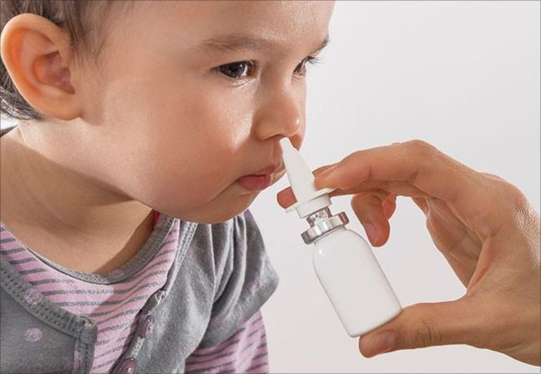 Phụ huynh nên dùng thuốc xịt trị viêm xoang cho bé để tránh tình trạng bé tự xịt thuốc sai cách