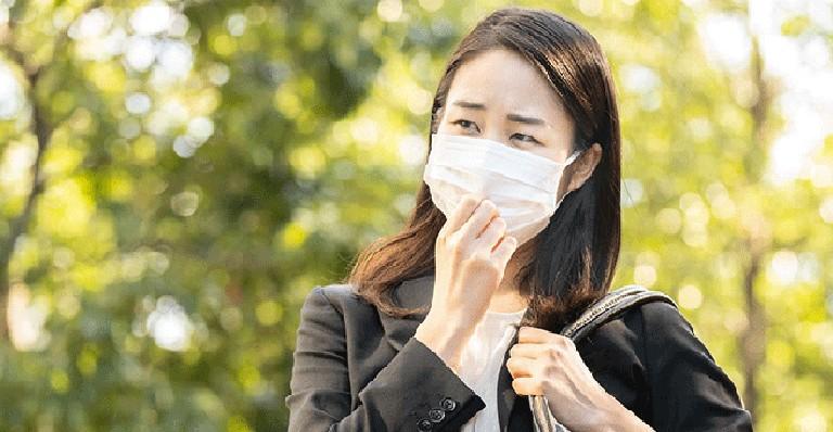 Đeo khẩu tráng khi ra đường giúp bảo vệ hệ hô hấp khỏi sự tấn công của tác nhân gây hại