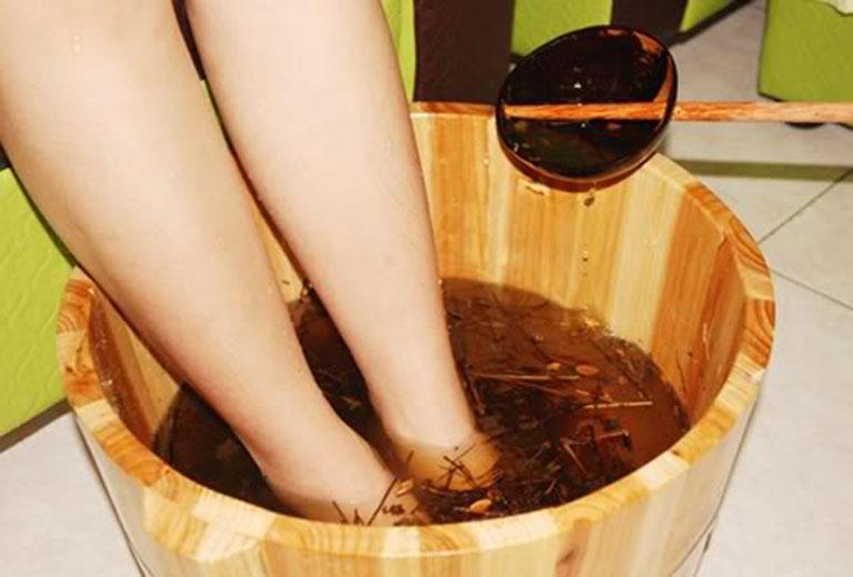 Ngâm chân nước nấu lá ngải cứu trước khi đi ngủ giúp ngủ ngon và giảm nhẹ triệu chứng của bệnh