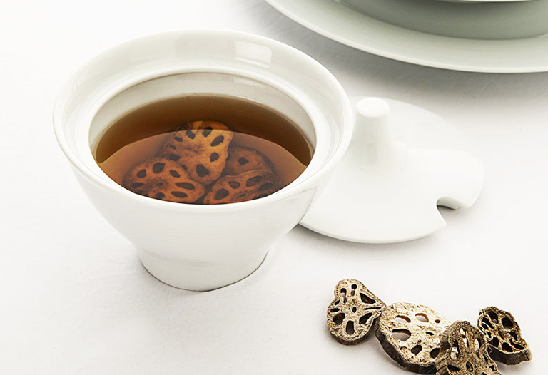Uống trà củ sen mỗi ngày là cách hỗ trợ điều trị viêm xoang tại nhà rất tốt