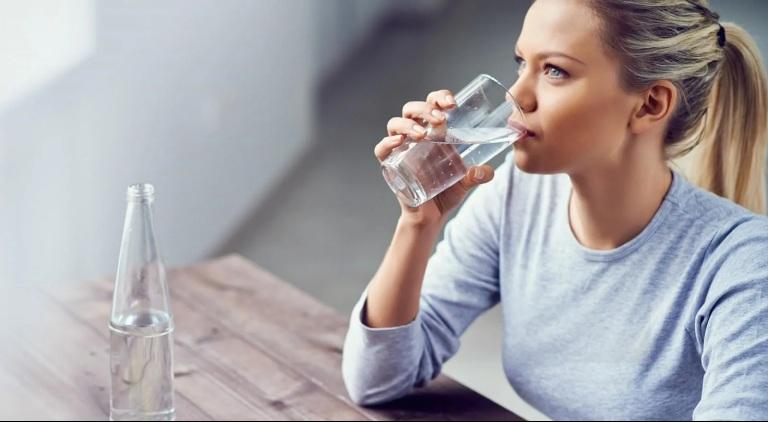 Trong suốt quá trình điều trị viêm xoang người bệnh nên uống nhiều nước