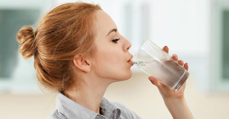 Uống nhiều nước giúp quá trình đào thải dịch nhầy thông qua mũi diễn ra thuận lợi hơn