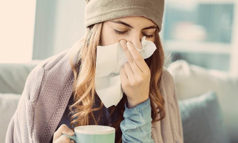 Viêm mũi dị ứng khởi phát khi cơ thể bị kích ứng với các tác nhân gây hại bên trong và bên ngoài