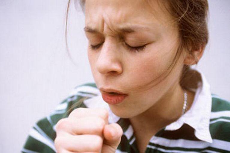 Ho khan kéo dài xảy ra khi dịch mũi từ hốc xoang chảy xuống họng và tích tụ tại nơi đây