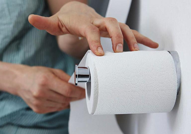 Hình thành thói quen đi vệ sinh khoa học và nên dùng khăn giấy mềm để lau chùi trong mỗi lần đại tiện