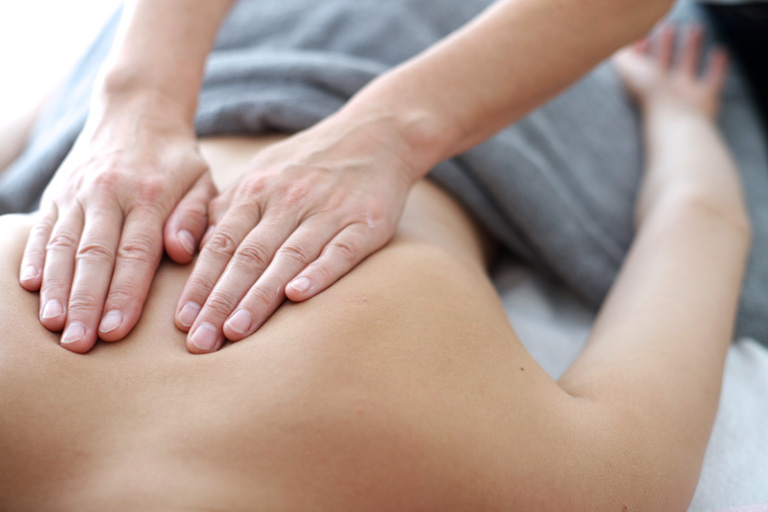 Massage, xoa bóp là giải pháp giảm đau thoát vị đĩa đệm nhanh được phần đông bệnh nhân lựa chọn.