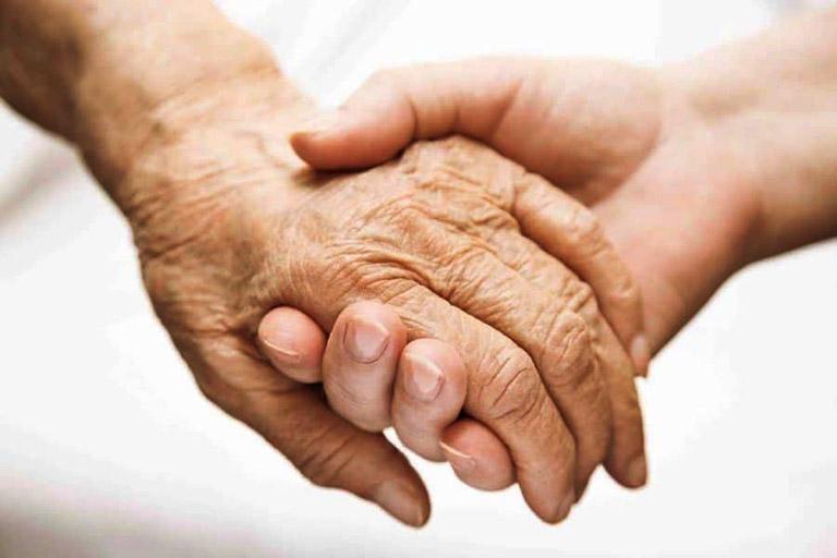Luôn động viên, chia sẻ và đồng cảm với bệnh nhân bị viêm khớp dạng thấp để họ có suy nghĩ lạc quan hơn trong đời sống hằng ngày