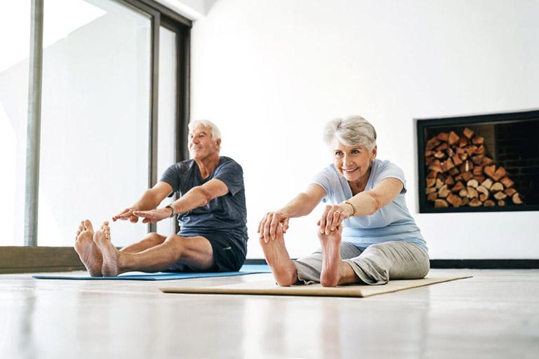 Động viên bệnh nhân bị viêm khớp dạng thấp tăng cường vận động cơ thể, chăm tập thể dục để cải thiện khả năng di chuyển cũng như phòng tránh biến chứng xuất hiện