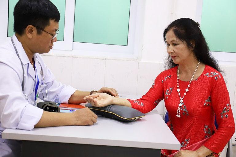 Người bệnh thăm khám tại Quân dân 102 sẽ được thăm khám, chẩn đoán bằng phương pháp Đông - Tây Y kết hợp