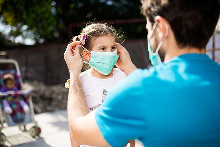 Chủ động đeo khẩu trang khi đi ra ngoài để phòng tránh một số tác nhân gây bệnh đường hô hấp