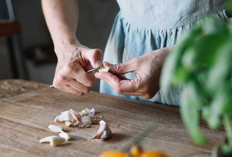 Dùng tỏi tươi cải thiện triệu chứng của bệnh viêm mũi dị ứng quanh năm