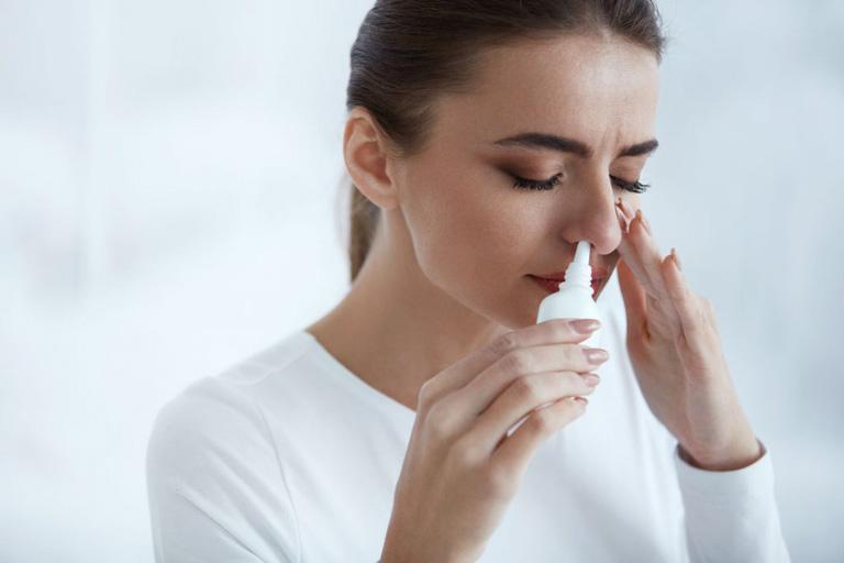 Sử dụng thuốc xịt mũi trong Tây y giúp đẩy lùi triệu chứng của bệnh nhanh chóng