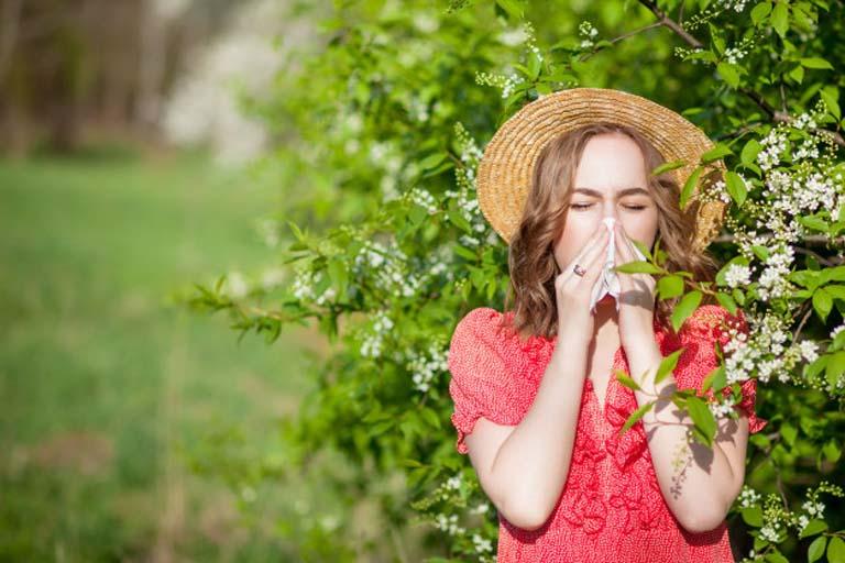 Hạn chế tiếp xúc với không khí chứa nhiều phấn hoa để tránh gây kích ứng đến niêm mạc mũi