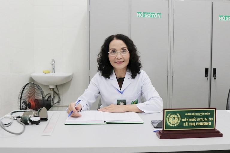 """Bác sĩ Lê Phương Quân dân 102 là người trực tiếp thăm khám, điều trị, giúp chị Hồng Anh """"thoát khỏi"""" viêm da thành công"""