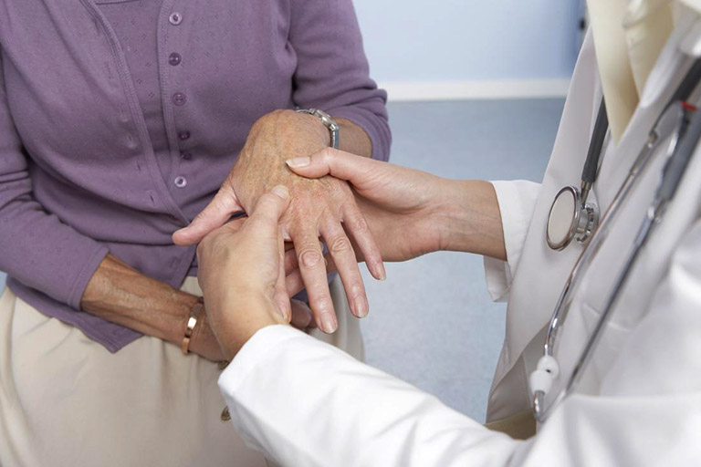 Thăm khám bác sĩ nếu các khớp xương có dấu hiệu bị sưng, cứng khớp và gây đau