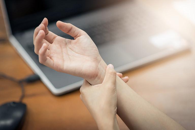 Tình trạng đau nhức xương khớp do bệnh viêm khớp dạng thấp gây ra làm ảnh hưởng không hề nhỏ đến công việc và lối sinh hoạt thường ngày