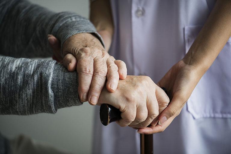 Tập vật lý trị liệu vừa có tác dụng hỗ trợ điều trị bệnh vừa giúp phục hồi nhanh chức năng xương khớp sau phẫu thuật