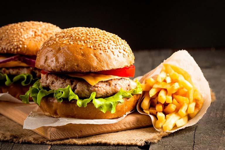 Bị viêm khớp dạng thấp nên kiêng ăn gì? - Thức ăn chế biến sẵn, thức ăn nhiêu dầu mỡ