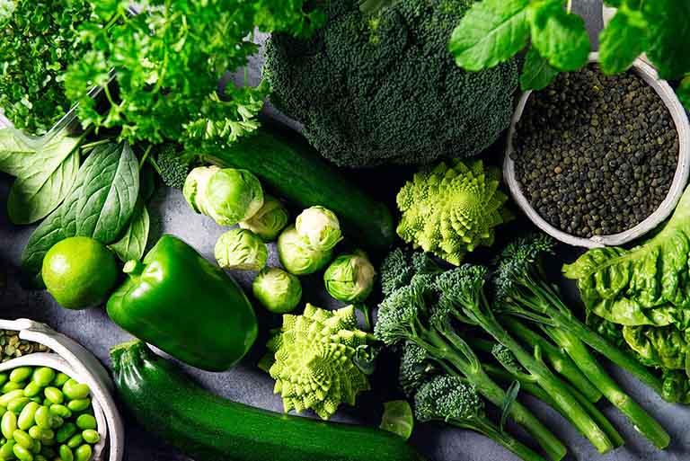 Rau xanh là nhóm thực phẩm rất tốt cho sức khỏe mà người bị viêm khớp dạng thấp không nên bỏ qua