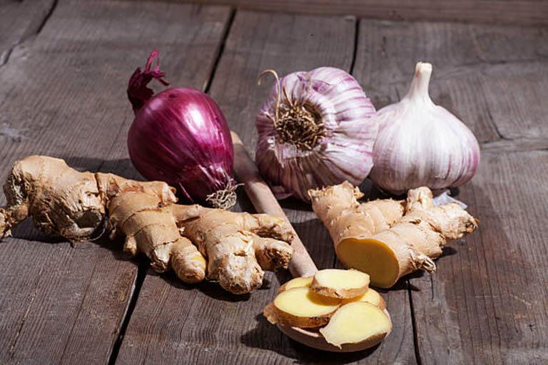 Tỏi, gừng, nghệ và hành là nhóm thực phẩm có chứa hàm lượng chất kháng viêm tự nhiên rất tốt cho sức khỏe của người bị viêm khớp dạng thấp