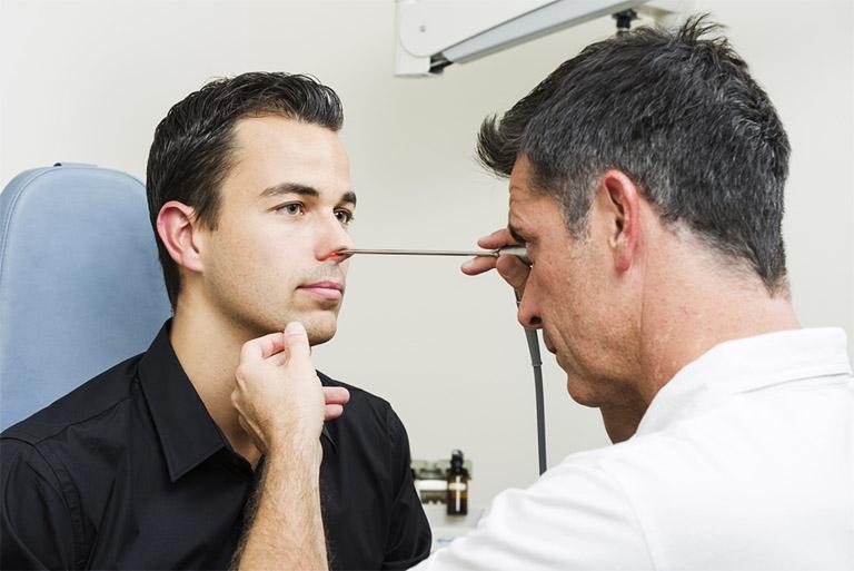 Tìm gặp bác sĩ tai mũi họng nếu không biết chắc chắn bệnh tình đang mắc phải là viêm mũi dị ứng hay bệnh viêm xoang