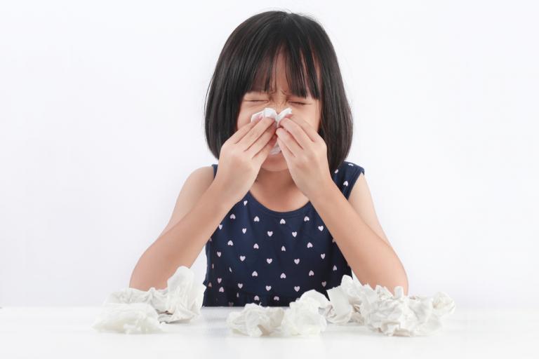 Cả bệnh viêm mũi dị ứng và viêm xoang đều có triệu chứng chảy nước mũi, nghẹt mũi, khó thở và đau đầu
