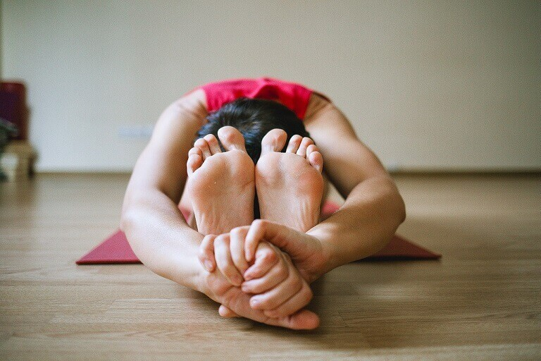 Bài tập yoga trị viêm mũi dị ứng Paschimottanasana