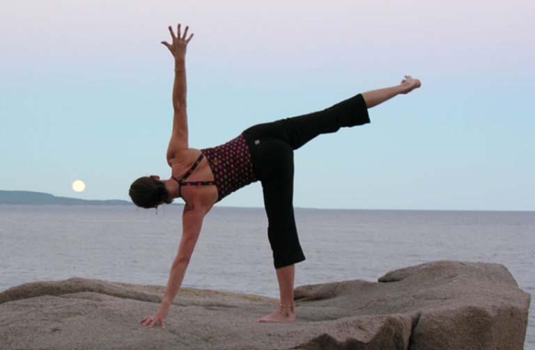 Bài tập yoga chữa viêm mũi dị ứng Ardha Chandrasana