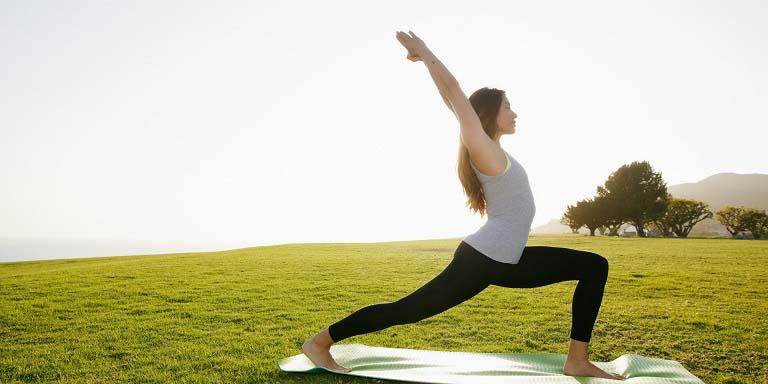 Động tác yoga chữa viêm mũi dị ứng Virabhadrasana