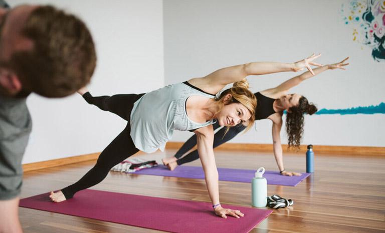 Yoga là bộ môn có tác dụng tăng khả năng cân bằng hệ miễn dịch và tăng cường sức khỏe, từ đó giúp cơ thể chống lại những tác nhân dị ứng gây bệnh viêm xoang